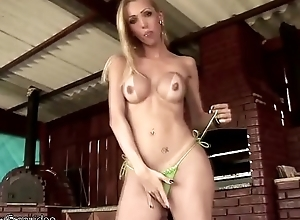 Shebabe in green bikini pokes a hole in cake and gets sticky