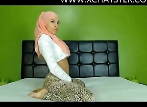 Hijabi cam model twerking her magnificent ass at www.xchatster.com